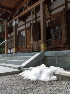 萩原神社拝殿の雪